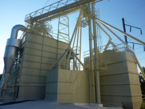 Feed mill with a fresh coating